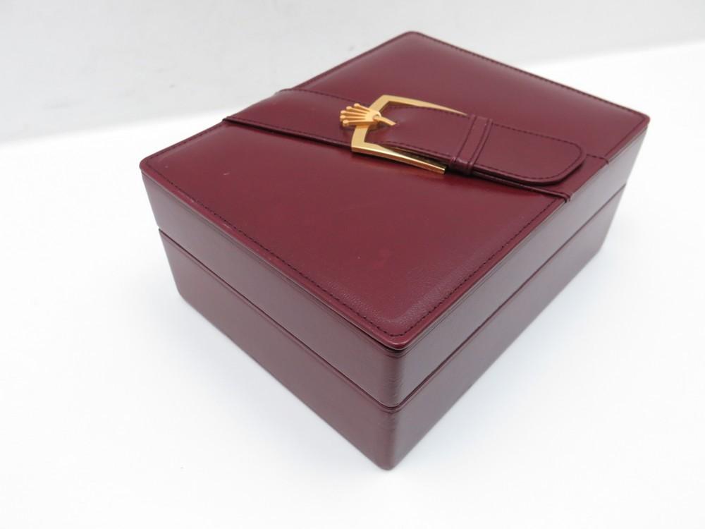 boite a montre luxe with boite a montre luxe existe en plusieurs coloris with boite a montre. Black Bedroom Furniture Sets. Home Design Ideas