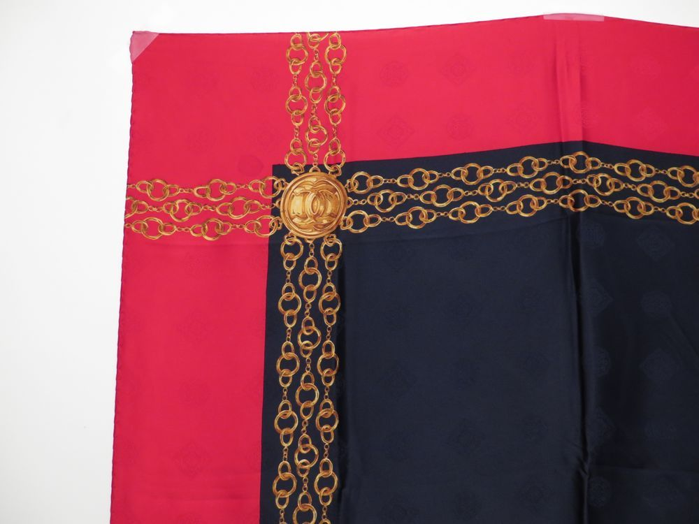 foulard chanel medaillon logo cc carre en soie rouge 02a9cc6946d